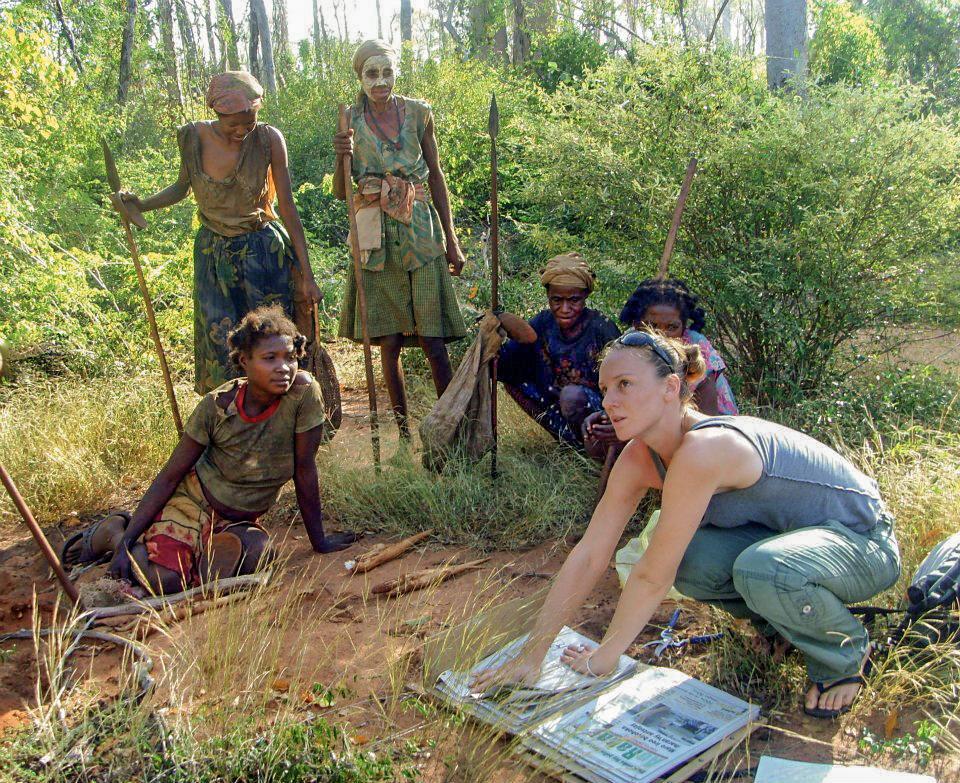 Récolte et mise en herbier au petit matin avec les femmes d'un groupe de Mikea