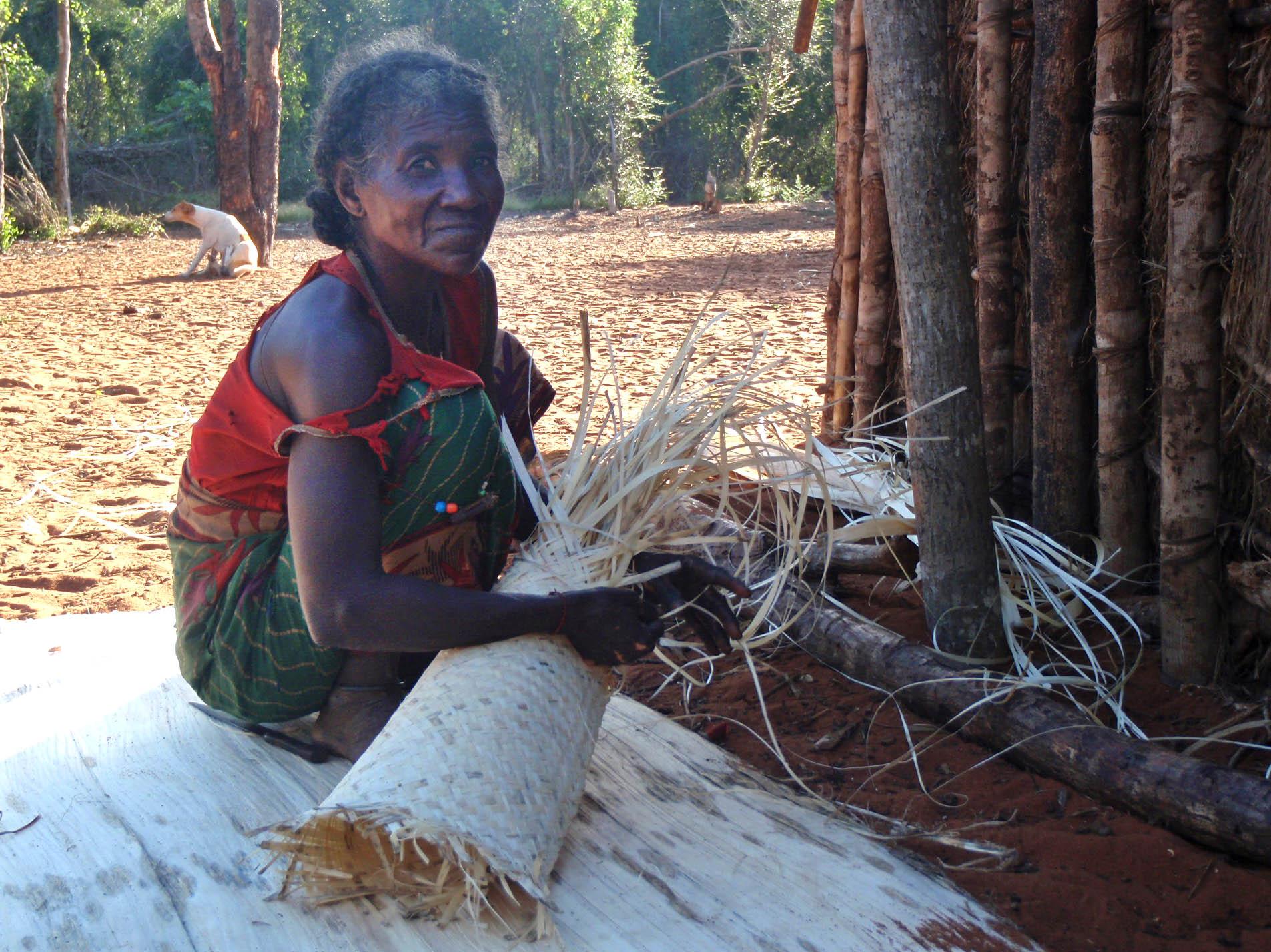 Siliramo, 1ère dame du groupe, femme du chef Fandahara, qui fait des nattes en d'écorce de baobab.