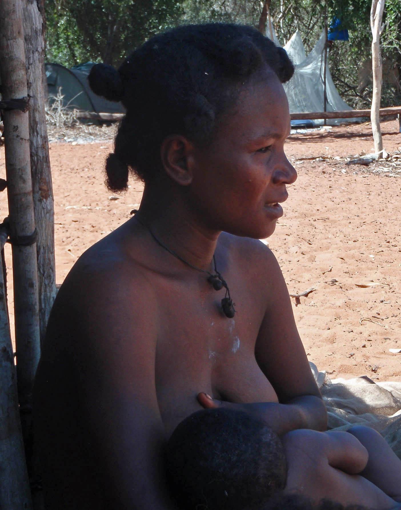 Nanao, belle -fille du chef Fandahara, qui allaite son petit dernier, onzième de la fratrie.