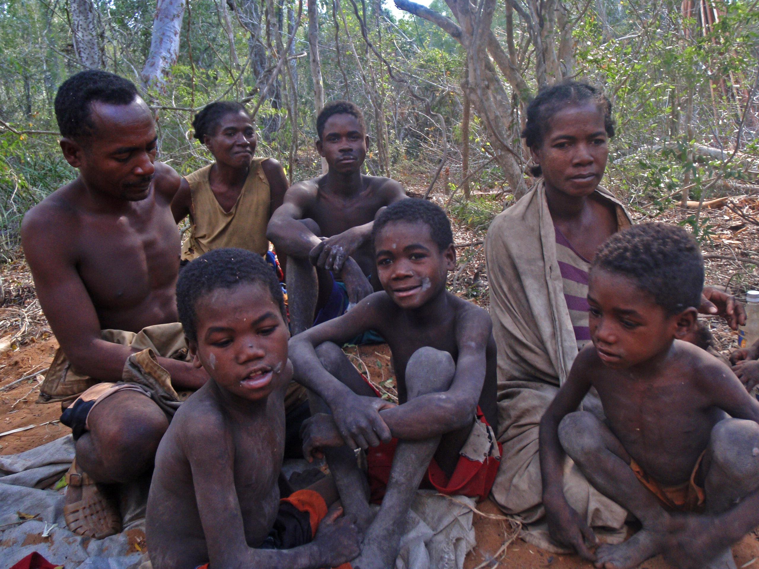 Groupe de Mitjinsobe, ces mikea vivent en pleine forêt sur la piste qui relie Ampasikibo à Salary.