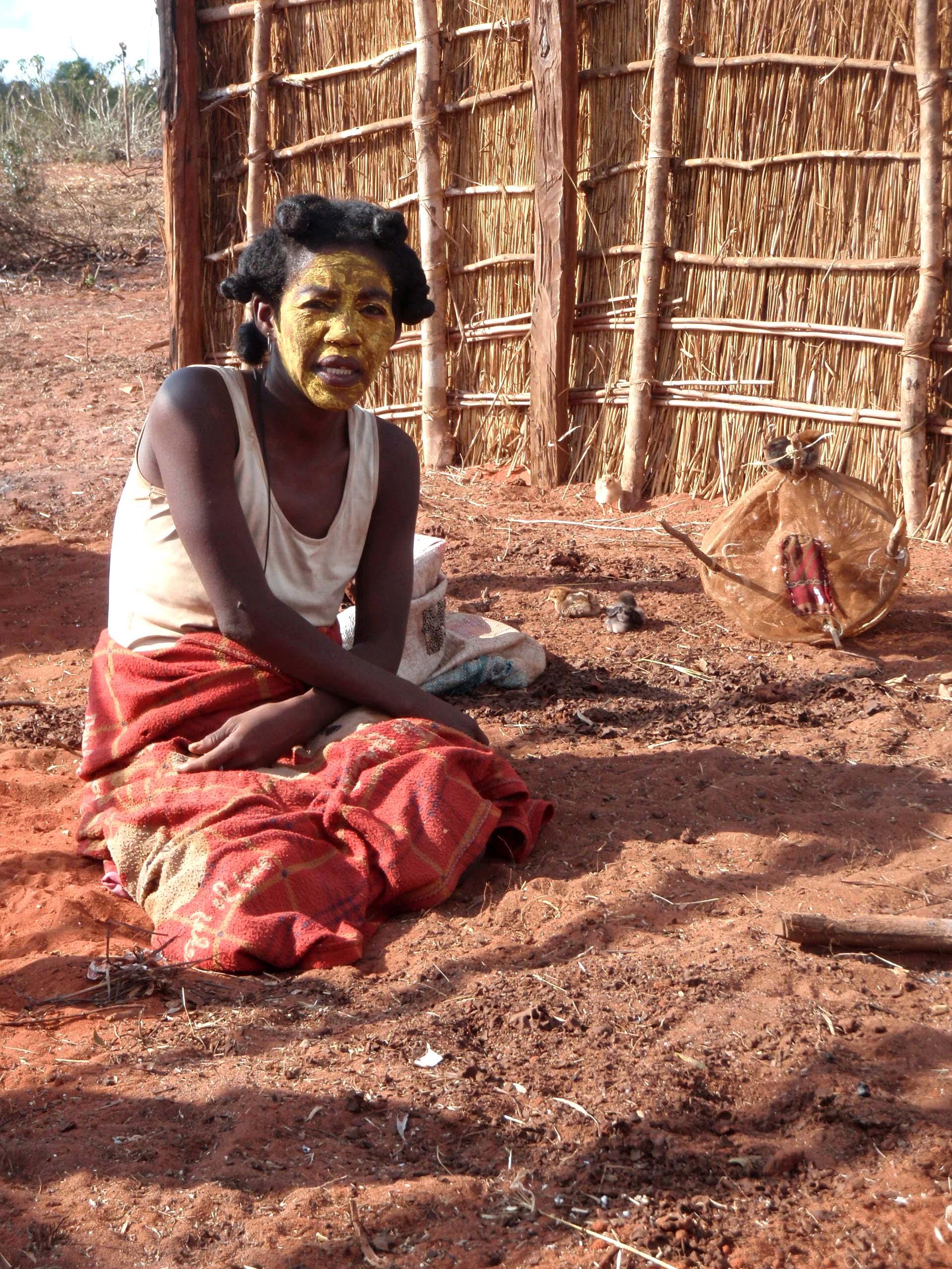 Demoiselle de Bedo Elle porte un masque végétale pour protéger sa peau du soleil.