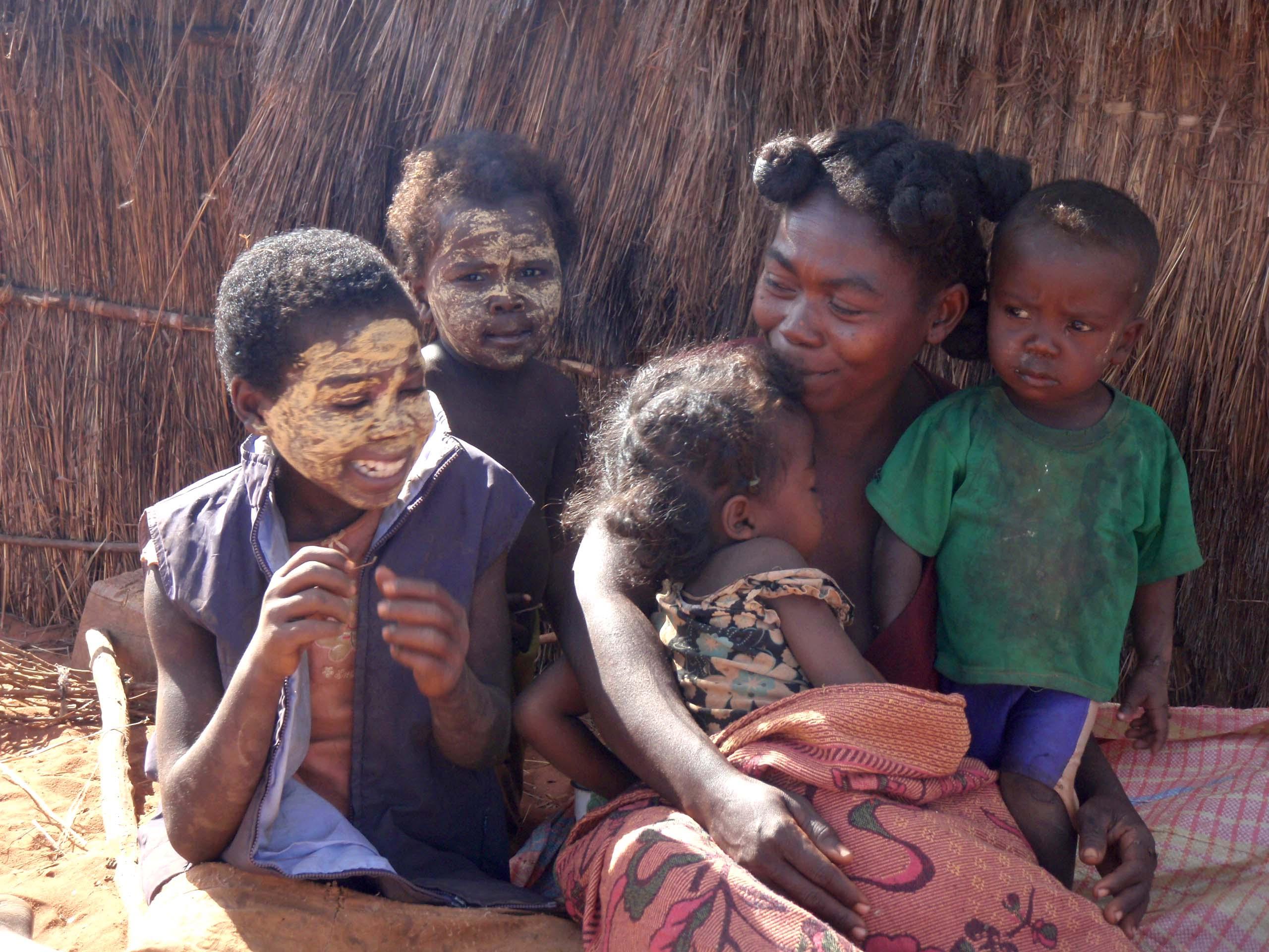 Famille du menuisier de Bedo, Les filles ont fait un masque pour avoir la peau aussi blanche que moi :-)