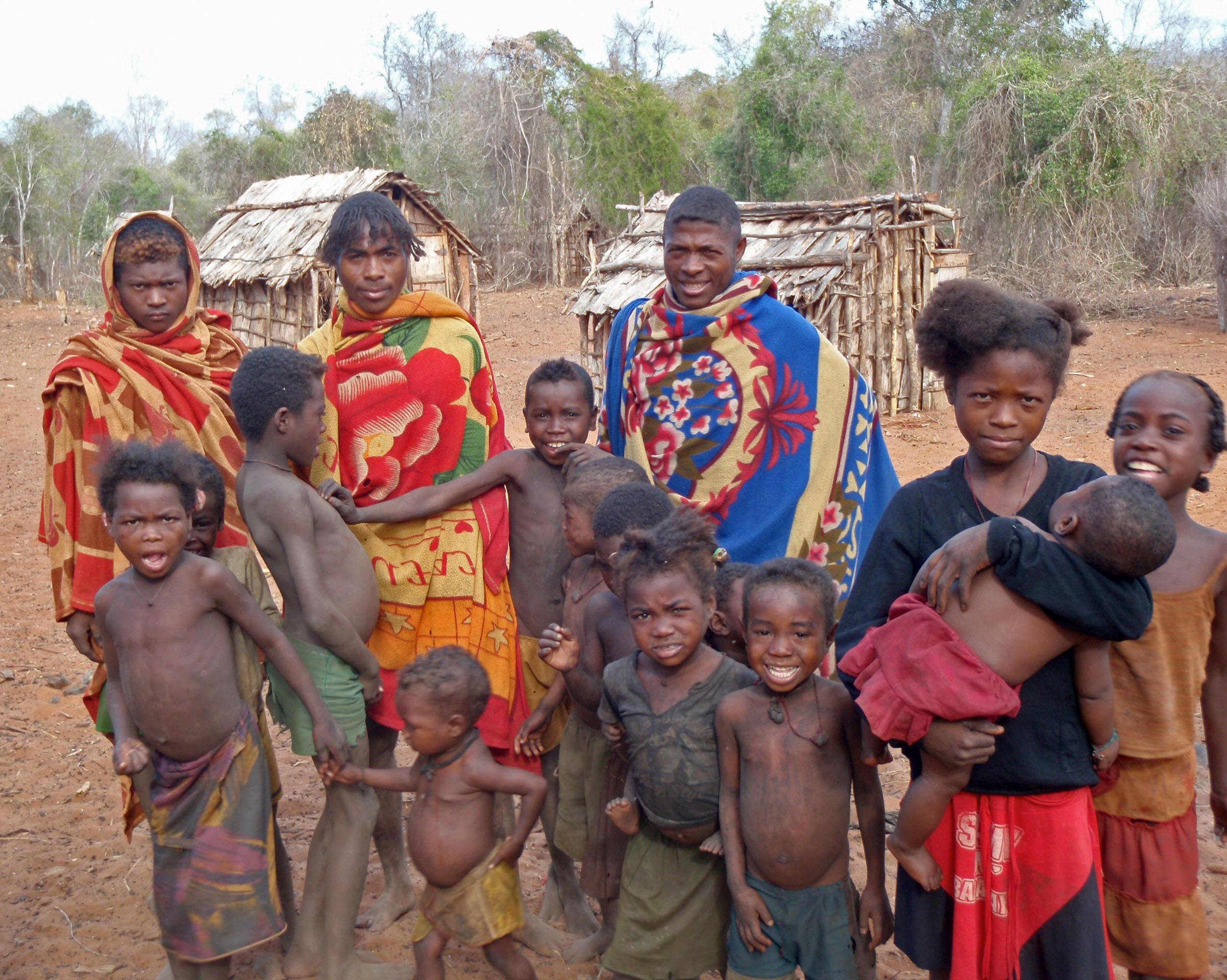 Groupe d'Antampimbato, La frange tressée des jeunes indique qu'ils sont à marier !