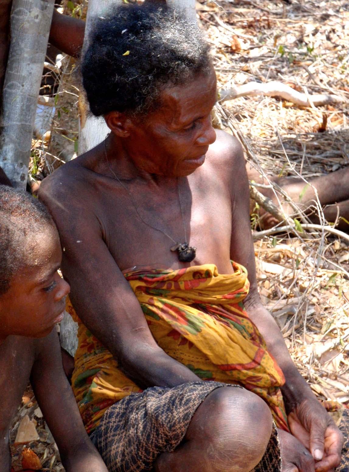 La grand mère et son petit-fils Le sourire aux lèvres en écoutant du killanga.